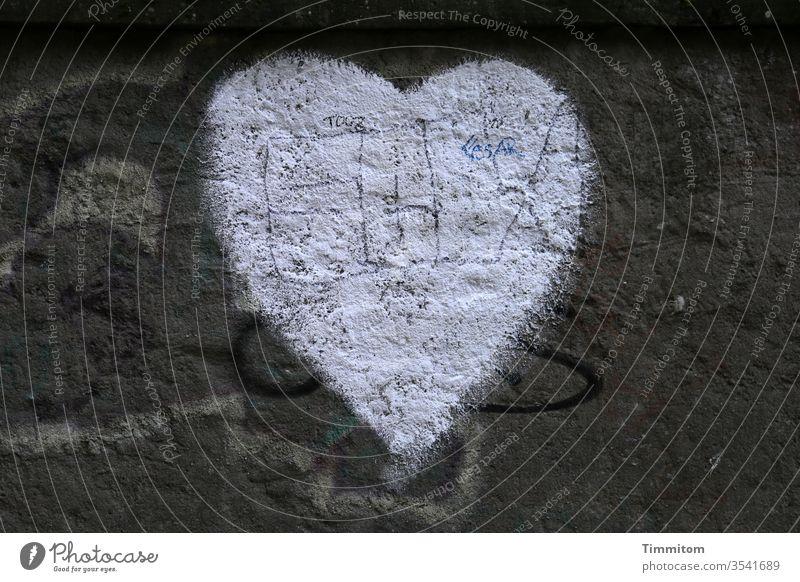 Ein Herz als Gruß zum Geburtstag Symbole & Metaphern Geburtstagsgruß Mauer Glückwunsch Farbfoto Graffiti