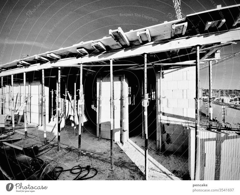 nestbau Rohbau Stützen beton bauen hochhaus Penthaus luftig Wohnungsbau Neubau Bau schwarz weiß architektur Himmel Kontraste Sonnenlicht
