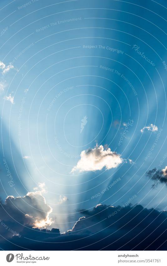 Ein Sonnenstrahl schaut hinter den Wolken hervor abstrakt Air Atmosphäre Hintergrund schön Schönheit hinten blau hell Chance Klima Cloud Wolkenlandschaft wolkig