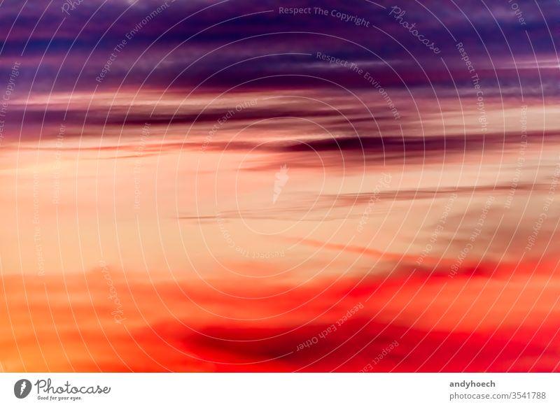Ein geteilter Himmel in Violett und Rot abstrakt Kunst Kunstwerk Hintergrund Hintergründe schön Schönheit Schönheit in der Natur hell Teppich Cloud Wolken