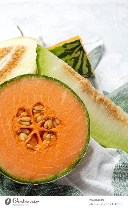 Frische Sortimentsmelone mit Minze auf Weiß Frucht Melonen Sommer frisch Diät Lebensmittel Gesundheit süß kalt grün Hintergrund reif Vitamin Ernährung gelb