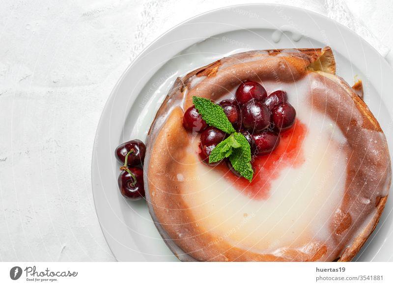 Hausgemachter Käsekuchen mit Kirschen und Minze auf weißem Hintergrund selbstgemacht Kirsch-Käsekuchen süß Frucht Dessert Kuchen Lebensmittel rot Beeren