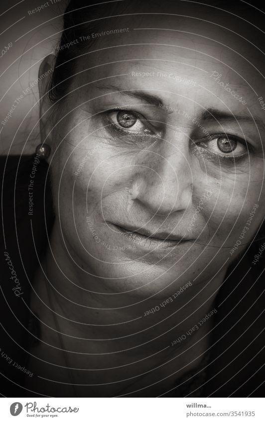 wenn Augen sprechen Frau Porträt Melancholie Hoffnung Reife schön Gesicht geheimnisvoll feminin Erwachsene Mensch Gefühle romantisch fragend Blick in die Kamera