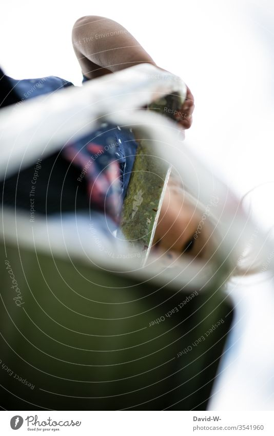 Mädchen steht auf einer Leiter und schaut nach unten Kind Kindheit Klettern Vorsicht Verantwortung Spannung Spielen draußen Außenaufnahme Freude Mensch