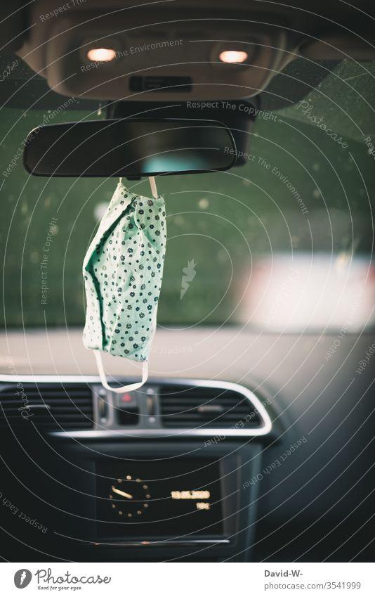 Corona - Schutzmaske hängt im Auto und ist stets dabei Corona-Virus coronavirus Coronavirus Krankheit Atemschutzmaske Mundschutz Autospiegel Einkaufen