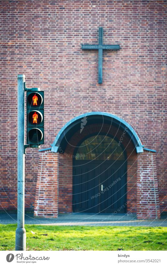 Rote Fußgängerampel vor dem Eingang einer Kirche Kirchenaustritt Kreuz rote Ampel Religion & Glaube Menschenleer Christliches Kreuz Gottesdienst Christentum