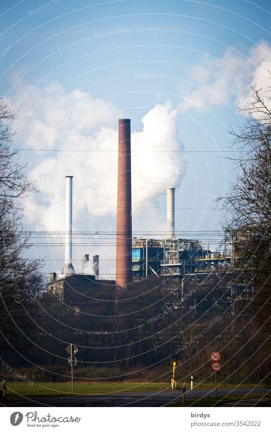 Industrieanlage mit rauchenden Schornsteinen, CO2 - Ausstoß, Erderwärmung , Klimawandel Fabrik Rauch Abgase Umweltverschmutzung CO2-Ausstoß Luftverschmutzung