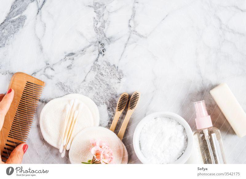 Abfallfreie Schönheitspflege-Accessoires auf Marmortisch keine Verschwendung wiederverwendbar Natur Zahnbürste Murmel organisch Polster Kunststoff