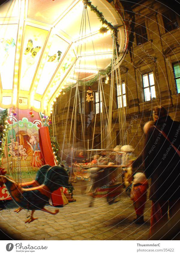 Karussell bei Nacht 2 Kind Weihnachten & Advent Freude Freizeit & Hobby Jahrmarkt Mensch drehen Weihnachtsmarkt Franken Hochformat Erlangen