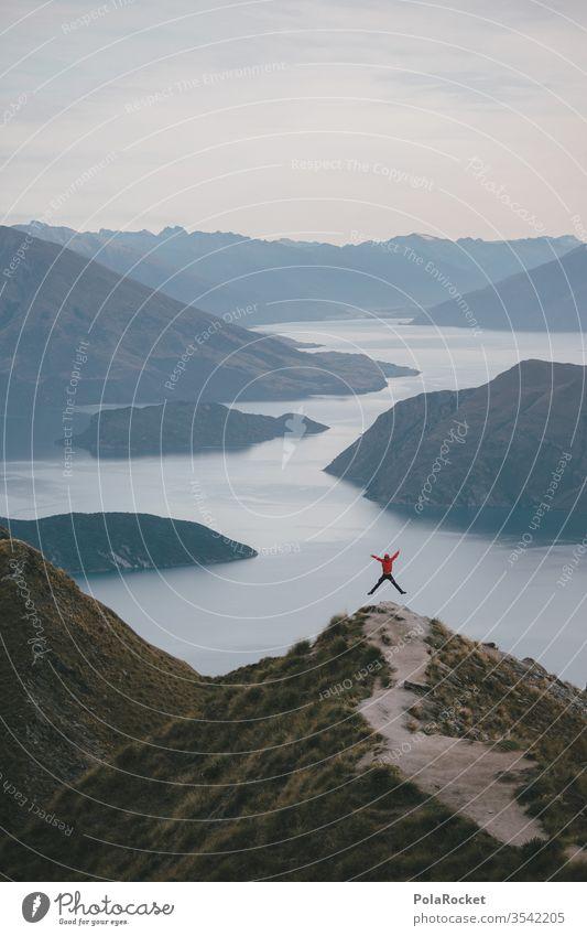 #AS# X Jump Fernweh Idylle Ferien & Urlaub & Reisen Gipfel Natur Außenaufnahme Farbfoto Umwelt Himmel Landschaft weite Freiheit rot Bergsee Explorer See Seeufer