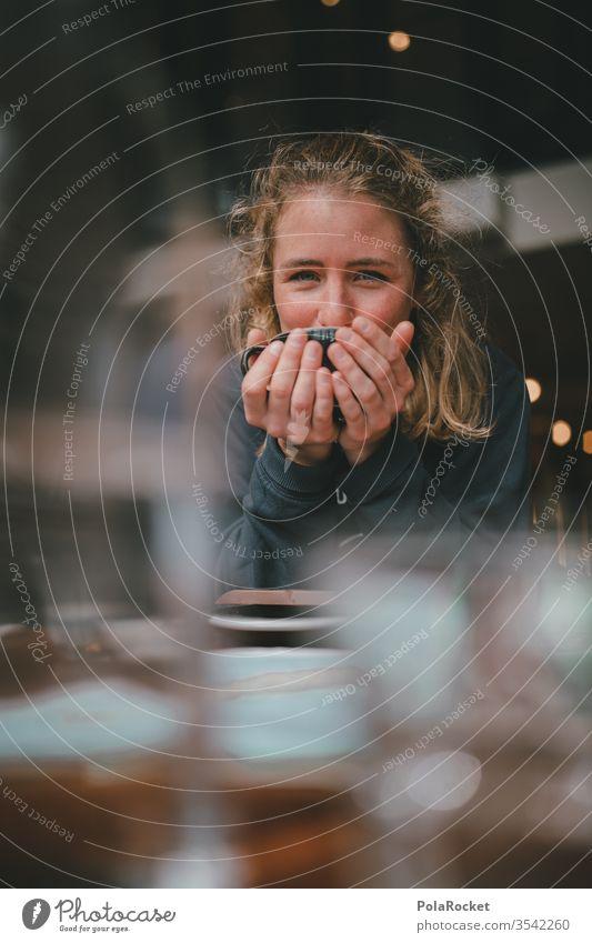 #As# Kaffeepause Kaffeetrinken Kaffeetasse Kaffeetisch Kaffeebecher Frau Café cafeteria Tisch Hände haltend festhalten genießen genuss Farbfoto Tasse Getränk