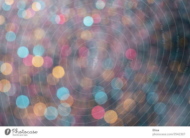Verschwommene bunte Bokeh Lichtpunkte als Hintergrund stimmungsvoll Konfetti party unscharf abstrakt Effekt schön mehrfarbig leuchten Dekoration nachts dunkel