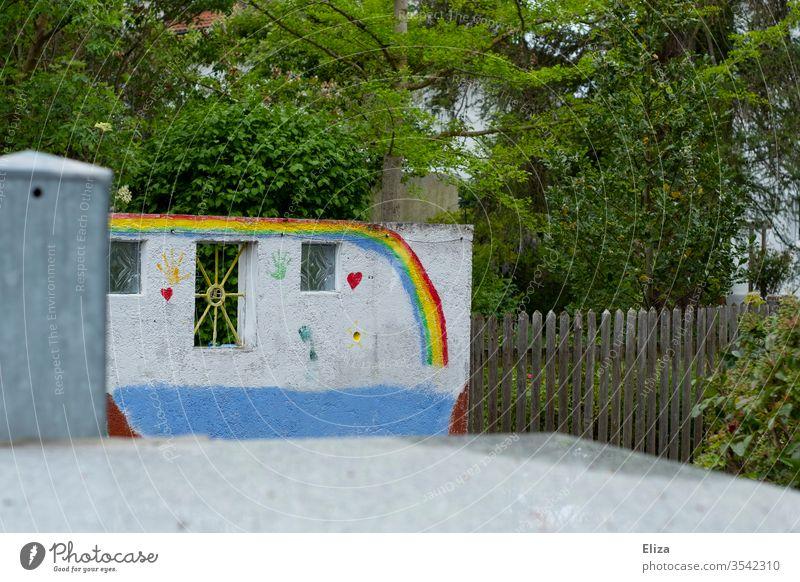 Bunte Malerei von Kindern mit Herzen und Regenbogen an einer Wand Farben malen bunt fröhlich gute Laune kreativ Kreativität Freizeit & Hobby farbenfroh draußen