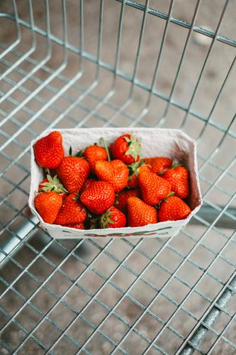 Eine Schale frische Erdbeeren in einem Einkaufswagen einkaufen Supermarkt Lebensmittel Obst Früchte reif Gesunde Ernährung lecker rot Frucht Erdbeerzeit Gitter