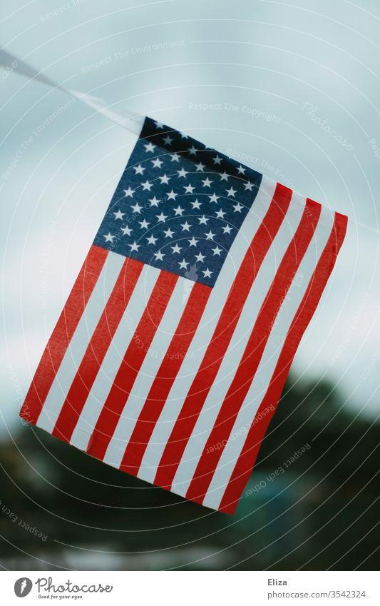 Die Flagge der USA draußen vor dem Himmel Nationalflagge Stars and Stripes Amerika Trump patriotisch national Patriotismus Fahne wehen bewölkt Unschärfe