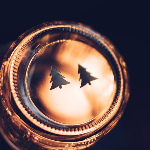 Zwei Tannenbäume auf Glas. Weihnachten. Dekoration Weihnachtsdekoration rund abstrakt leuchten beleuchtet Weihnachtsbaum schwarz dunkel