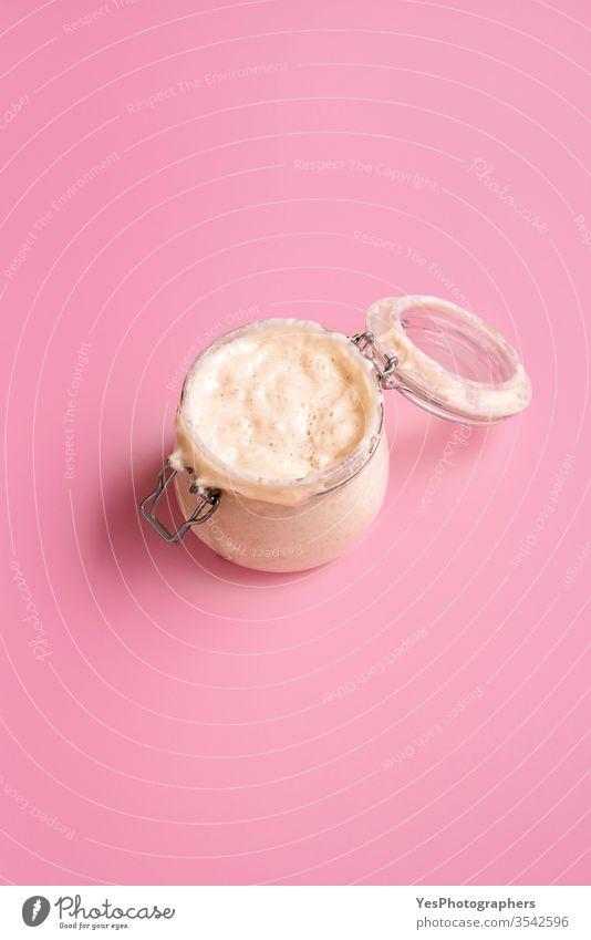 Sauerteig-Vorspeisegefäß. Reifer Mutterteig. Herstellung der Brotzutat aktiv Kunstgewerbler Bäckerei backen Brotherstellung Blasen Container Essen zubereiten