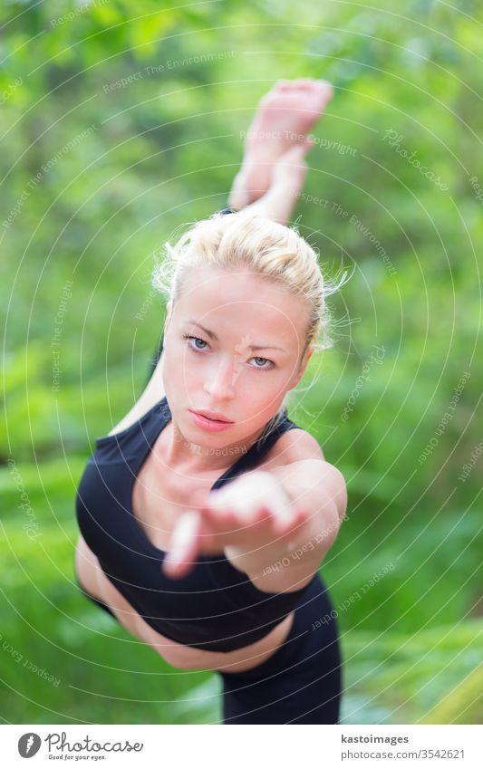 Frau, die Yoga in der Natur praktiziert. im Freien Park Harmonie Gleichgewicht Pose Erholung Gesundheit Übung Mädchen Lifestyle jung Person Meditation Körper
