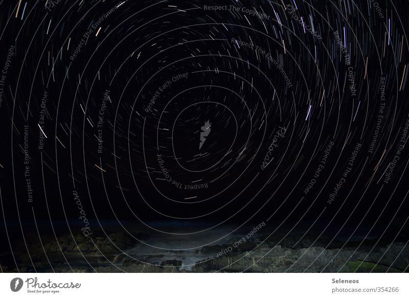sternenklar Ferne Freiheit Umwelt Natur Landschaft Himmel Nachthimmel Stern Horizont Wellen Küste Meer drehen dunkel schwarz Sehnsucht Fernweh Navigation