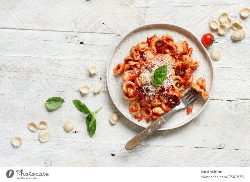 Süditalienische Pasta-Orecchiette mit Tomatensauce und Cacioricotta-Käse Spätzle Italienisch Apulien Saucen sugo Draufsicht weiß Basilikum grün Küchenkräuter