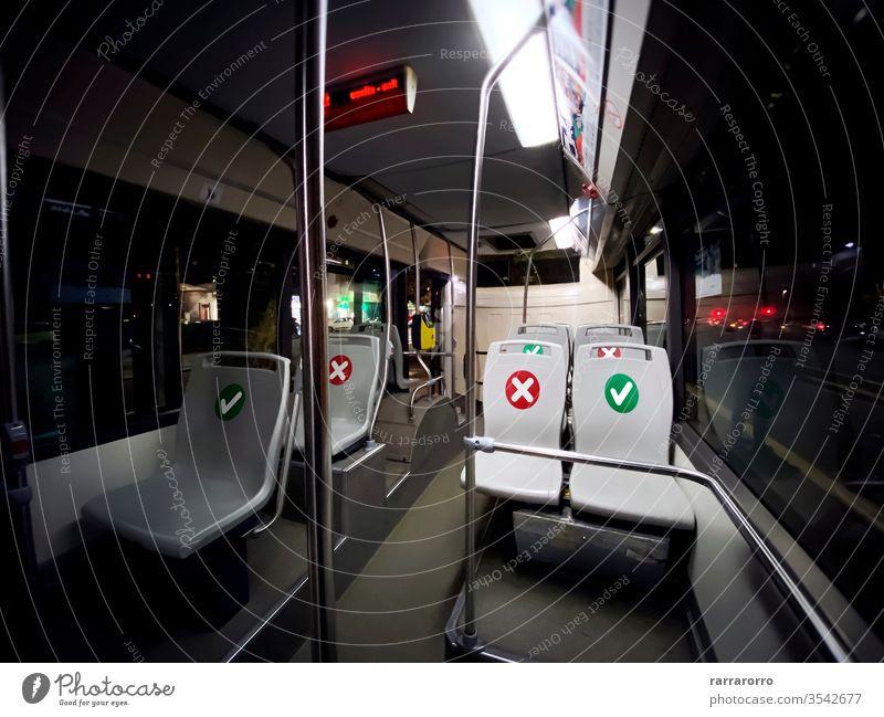 Innenraum eines Busses des öffentlichen Verkehrs mit leeren Sitzen mit der Angabe, wo man sitzen kann soziale Distanzierung Coronavirus covid-19 Sicherheit