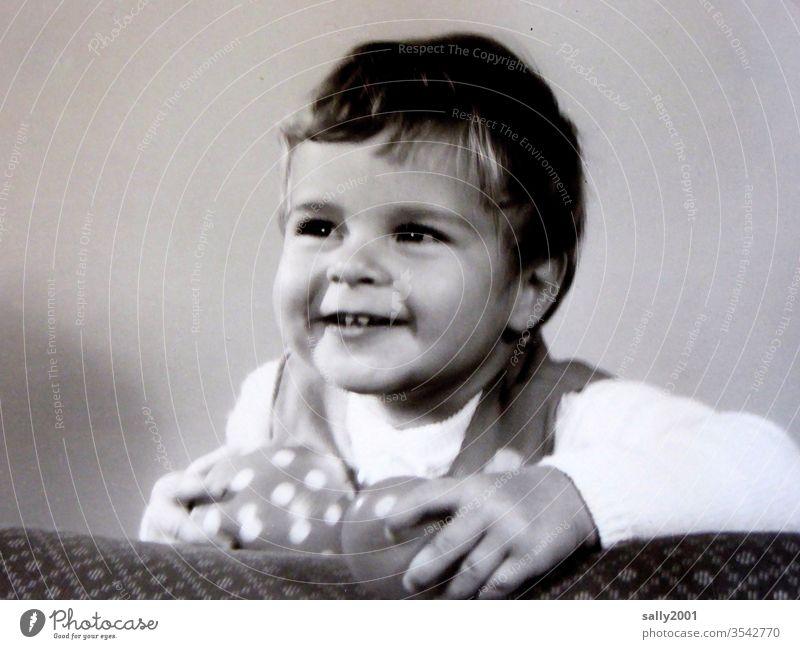 freundliches Mädchen... Kind Kleinkind Portrait fotogen Kindheit Freude spielen Ball Spielzeug lächeln 60er Jahre Blick nach vorn niedlich 1-3 Jahre fröhlich