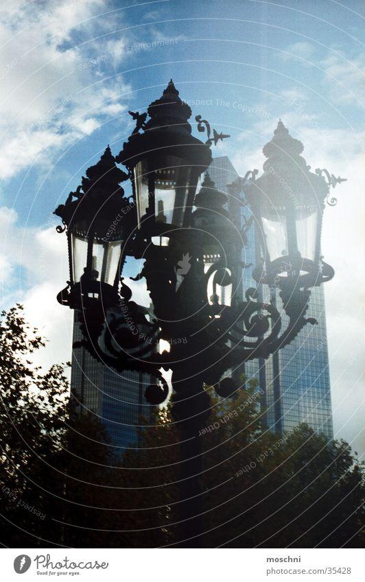 Straßenlaterne Straßenbeleuchtung Laterne Lampe Hochhaus Stadt historisch