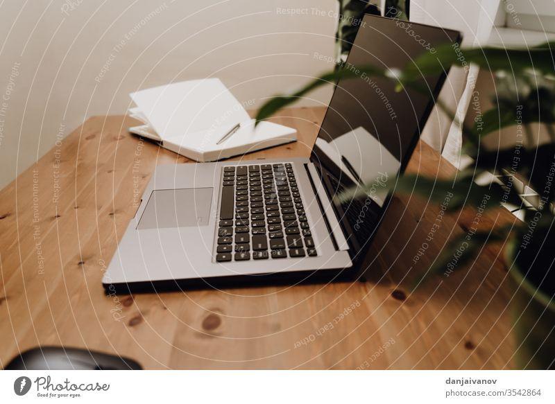 Ein offener Laptop an einem alten Holztisch. Computer Business Keyboard Büro Notebook Technik & Technologie Schreibtisch weiß Tisch Bildschirm Internet