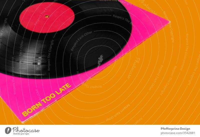 LP mit Cover auf Orangen Untergrund Schallplatte Born to late Musik vinyl auflegen