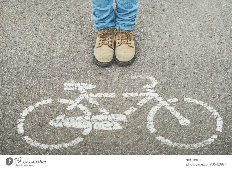Kind neben dem Fahrradsymbol auf der Straße urban Zyklus Radfahrer Reiter Biker Schuh Menschen Hobby Ermahnung Gesundheit Fahrradfahren Spaziergang Straßenbelag