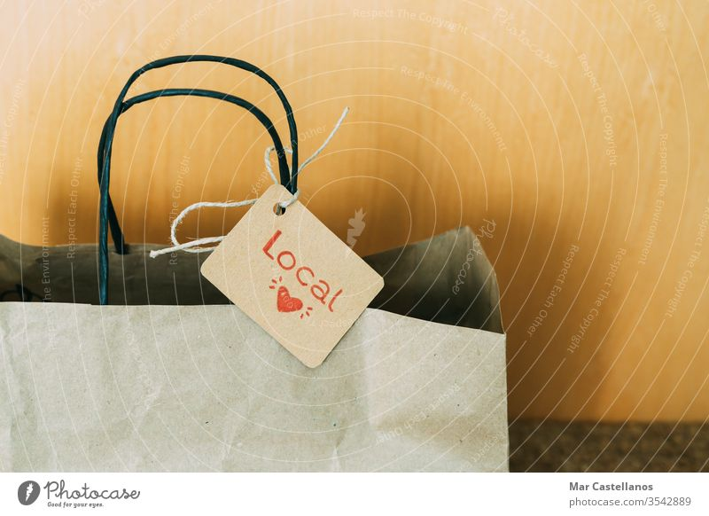 Einkaufstasche aus Papier vor der Haustür des Hauses. Konzept des Einkaufens. Tasche kennzeichnen Tür Eingang Unterlage recycelbar Verkauf lokaler Handel Karton