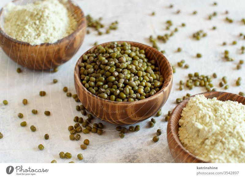 Mungbohnenmehl und Getreide in Schalen Mehl roh trocknen mung Bohnen alternatives Mehl Lebensmittel Bestandteil Korn glutenfrei Konzept Schalen & Schüsseln