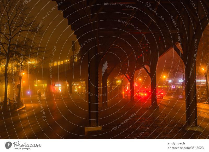 Überqueren Sie die Straße bei Rot abstrakt Architektur Berlin Brücke Kapital Großstadt Stadtbild durchkreuzen dunkel Dunkelheit tagsüber diffus Europa Abend
