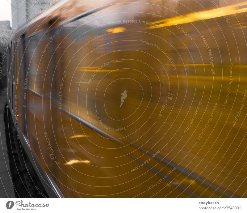 Die Berliner U-Bahn schließt und läuft auf Hochtouren Ankunft Unschärfe entgratet Großstadt schließen Tür elektrisch Europa schnell Deutsch Deutschland Hektik