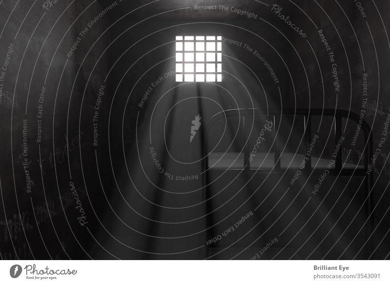 Heruntergekommene Gefängniszelle mit Etagenbett wird vom Lichtstrahl erhellt 3d abstrakt Hintergrund Glaube Gebäude Käfig Zelle Konzept Verbrechen dunkel