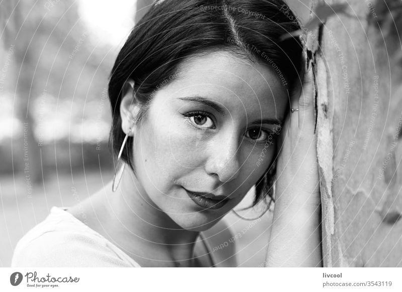 junge Frau mit melancholischem Blick, die sich an einen Baum lehnt Mädchen Tattoo Nizza Schönheit cool Hipster niedlich dunkles Haar Natur Lifestyle Menschen