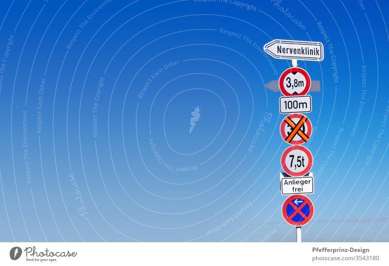 Verkehrsschild und blauer Himmel Schilderwald Schilder & Markierungen Außenaufnahme Wegweiser