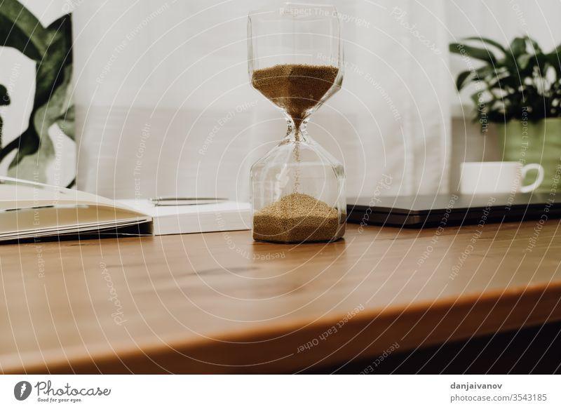 Sanduhr auf einem Holztisch Zeit Glas Uhr Zeitschaltuhr Stunde vereinzelt weiß Antiquität Countdown Objekt zuschauen Minute vergangen Instrument retro Frist