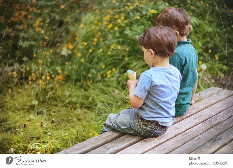 Eiszeit Mensch Kind Sommer Gefühle Junge Essen Freundschaft Stimmung Zusammensein Park Lebensmittel Kindheit Freizeit & Hobby Zufriedenheit Ernährung Speiseeis