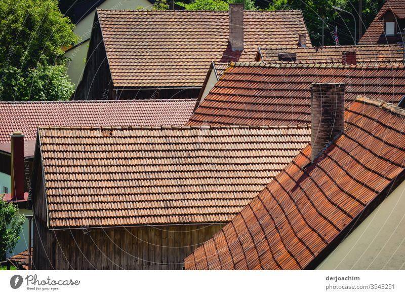 Dach an Dach. Kleines Fränkisches  Dorf. Dächer Farbfoto Außenaufnahme Menschenleer Architektur Gebäude Haus Fassade Bauwerk Tag Wand Mauer Textfreiraum unten
