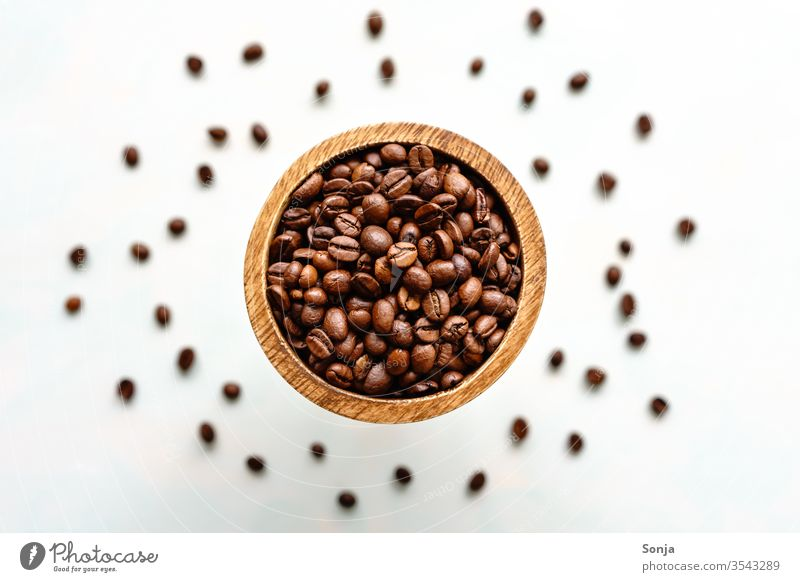Draufsicht von ganzen gerösteten Bohnen in einer Holzschüssel, Nahaufnahme Kaffeebohnen aromatisch braun Geschmackssinn Frühstück Lebensmittel Koffein natürlich
