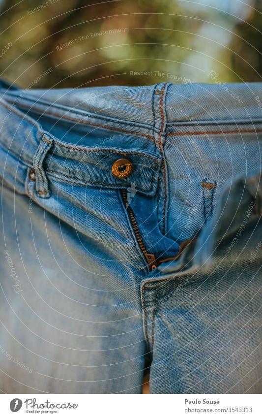Blaue Jeans auf einer Wäscheleine zum Trocknen Nahaufnahme Jeanshose Trockengerüst trocknen hängen erhängen Wäscherei Farbfoto Sauberkeit Seil Sommer Haushalt