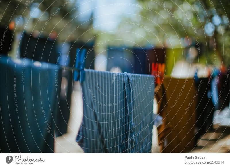 Wäsche auf einer Wäscheleine zum Trocknen Bekleidung Kleidung Kleiderspin Trocknung Seil Wäsche waschen Klammer Waschtag Außenaufnahme Sauberkeit hängen