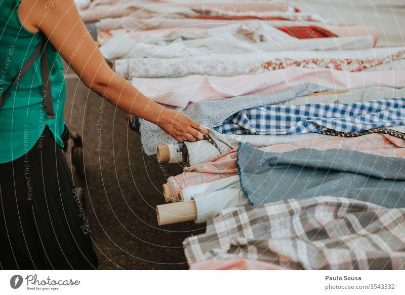 Frau kauft Baumwollstoff Baumwolle Gewebe Farbe Stoff Material Textur Textil Hintergrund Sehne Muster Design Farbfoto Mode Markt Marktstand Einzelhandel