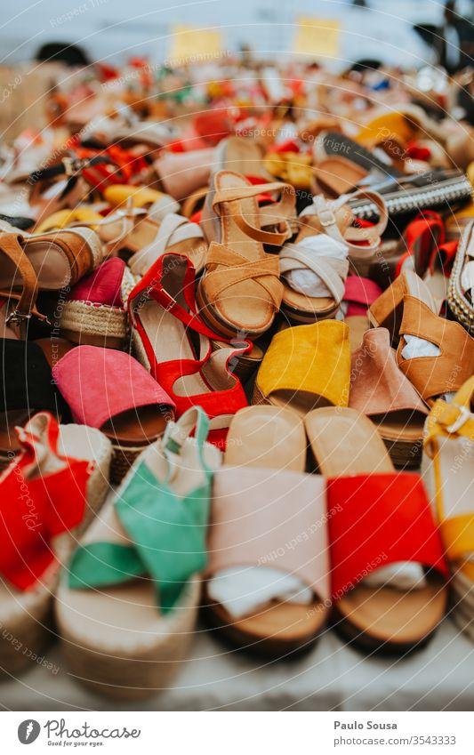 Bunte Damenschuhe zu verkaufen Schuhe Sale Farbfoto farbenfroh rot Nahaufnahme Konsum Entwurf Mode Lifestyle Markt Kauf Business Einzelhandel Lager Hintergrund