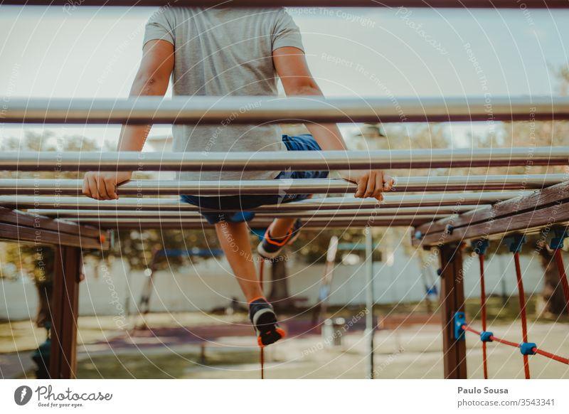 Junge spielt auf dem Spielplatz Spielplatz-Verbot Spielen Einsamkeit Natur Kind Freude Freizeit & Hobby Aktion Kindheit Glück Menschen Sommer Fröhlichkeit