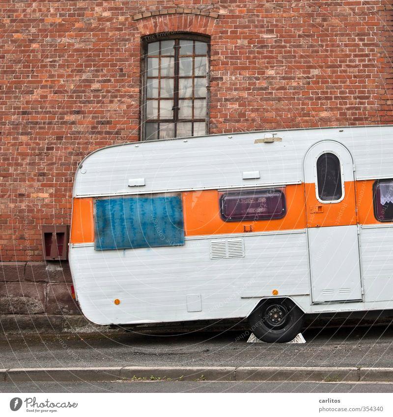 Caravan, Herbert von alt Fenster Straße Fassade orange Dekoration & Verzierung Streifen retro Neigung Bürgersteig parken Fensterbogen Verkehrsmittel