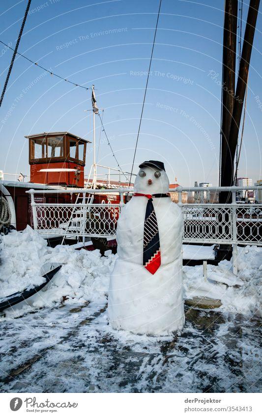 Schneemann auf Schiff am Alten Hafen Berlin Ferien & Urlaub & Reisen Städtereise Sightseeing Ausflug Tourismus Umwelt Winter Schönes Wetter Eis Frost Flussufer