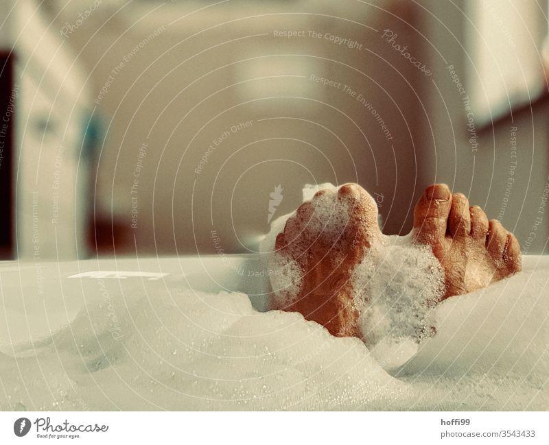 Badewanne mit Füßen - Entspannen baden Körperpflege Sauberkeit Wellness Wasser Erholung Schaum schön Waschen Mensch Beine Haut Fuß nass Zehen Schaumbad Mann