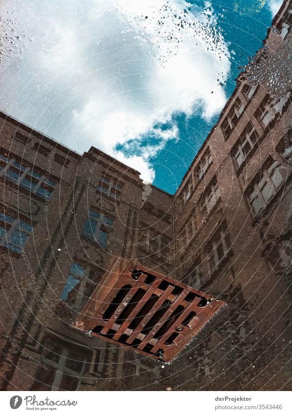 Blick in den Himmel und in den Abgrund (Bild kann auslaufen) Langeweile Wetter Pfütze Hinterhof Hof authentisch Kontrast Schatten Licht Tag Textfreiraum Mitte